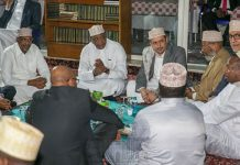 President Uhuru Kenyatta joins Muslims at Jamia Mosque in Nairobi as they break their fast .