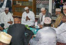 President Uhuru Kenyatta joins Muslims at Jamia Mosque in Nairobi as they break their fast .